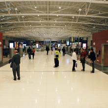 FR/LCA aéroport de Larnaka Chypre : C/S France a apporté les solutions techniques et livré les tapis d'accueil des espaces d'entrées, l'ensemble des coupe-feu et couvre-joints parasismiques et les protections murales (inox et élastomère).
