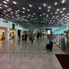 FR/PAR aéroport de Paris CDG : C/S France a fourni les couvre-joints de dilatation pour les sols et les coupe-feu ainsi que l'ensemble du plafonnier pour le nouveau terminal S4 de l'aéroport Charles de Gaulle.